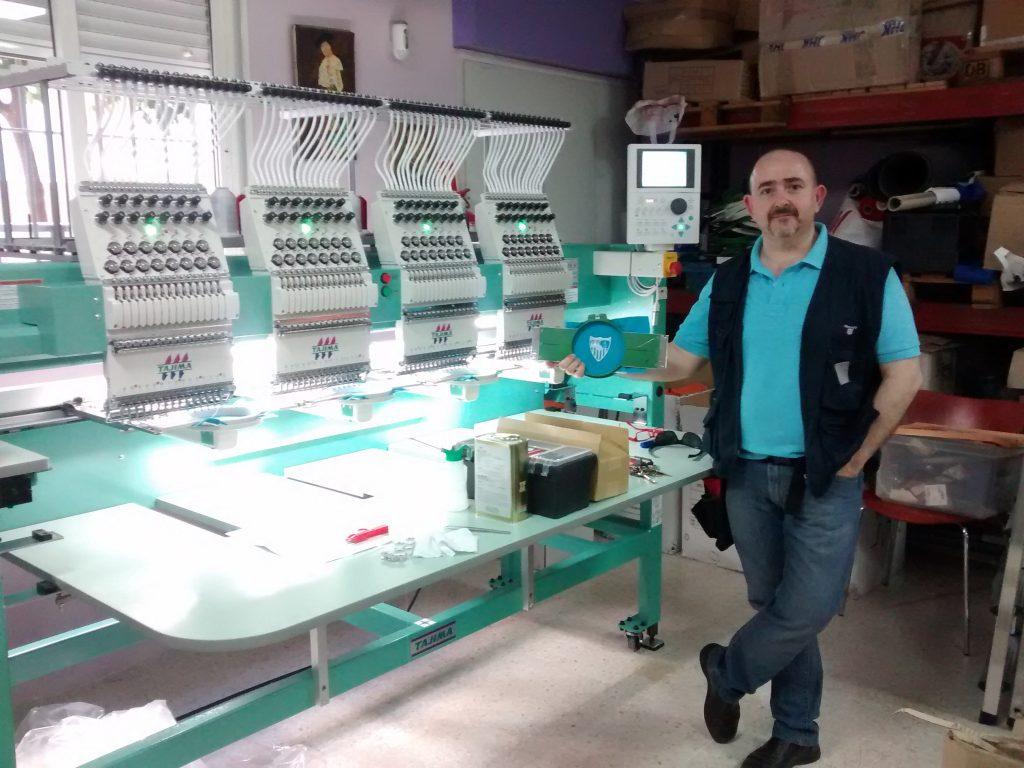 Javier Barrios en su taller de bordado